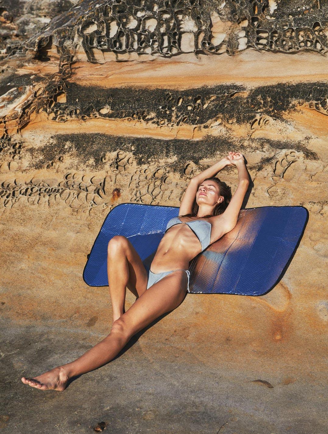 Девушка развлекается на пляже / фото 12
