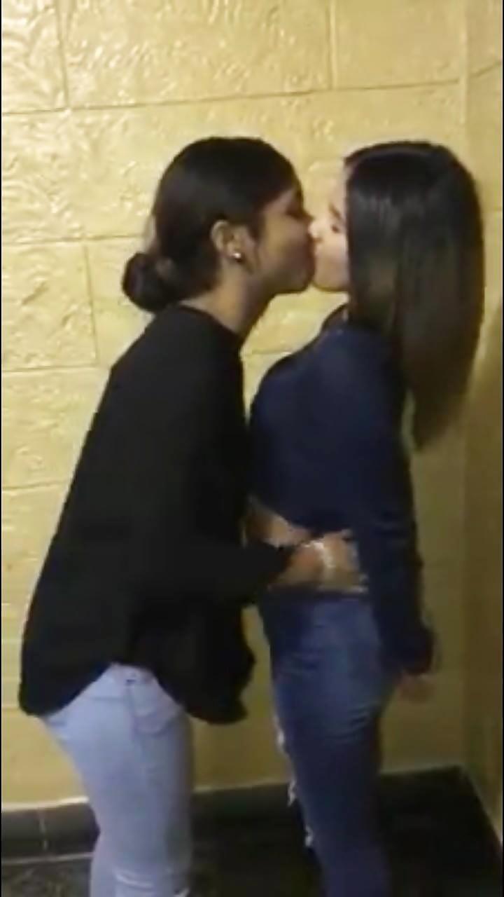 Hottest kiss girls-1265