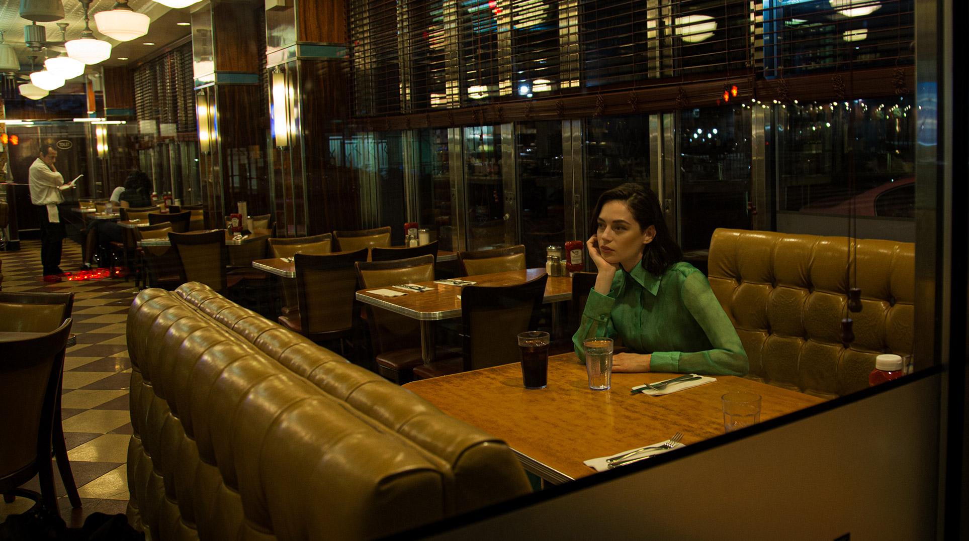 Девушка гуляет по ночному Нью-Йорку / фото 02