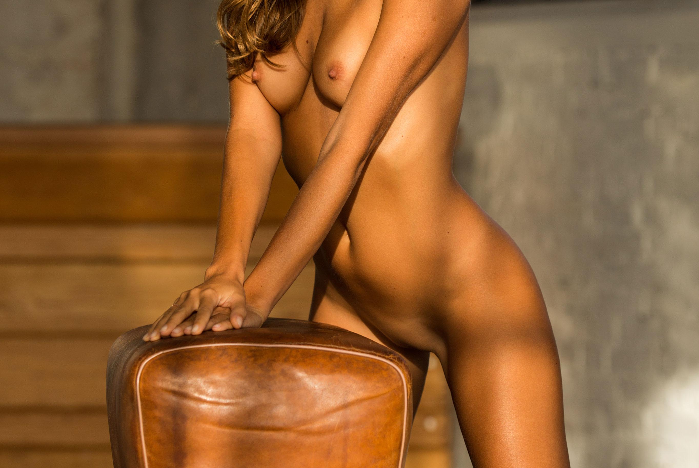 голая Катя Кловер занимается гимнастикой в спортзале / фото 14
