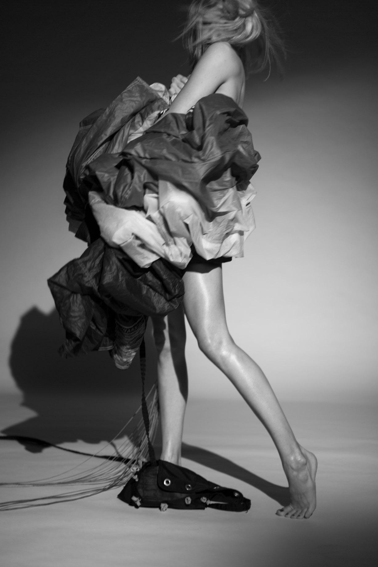 Обнаженная парашютистка / Icarus Woman by Marcin Biedron
