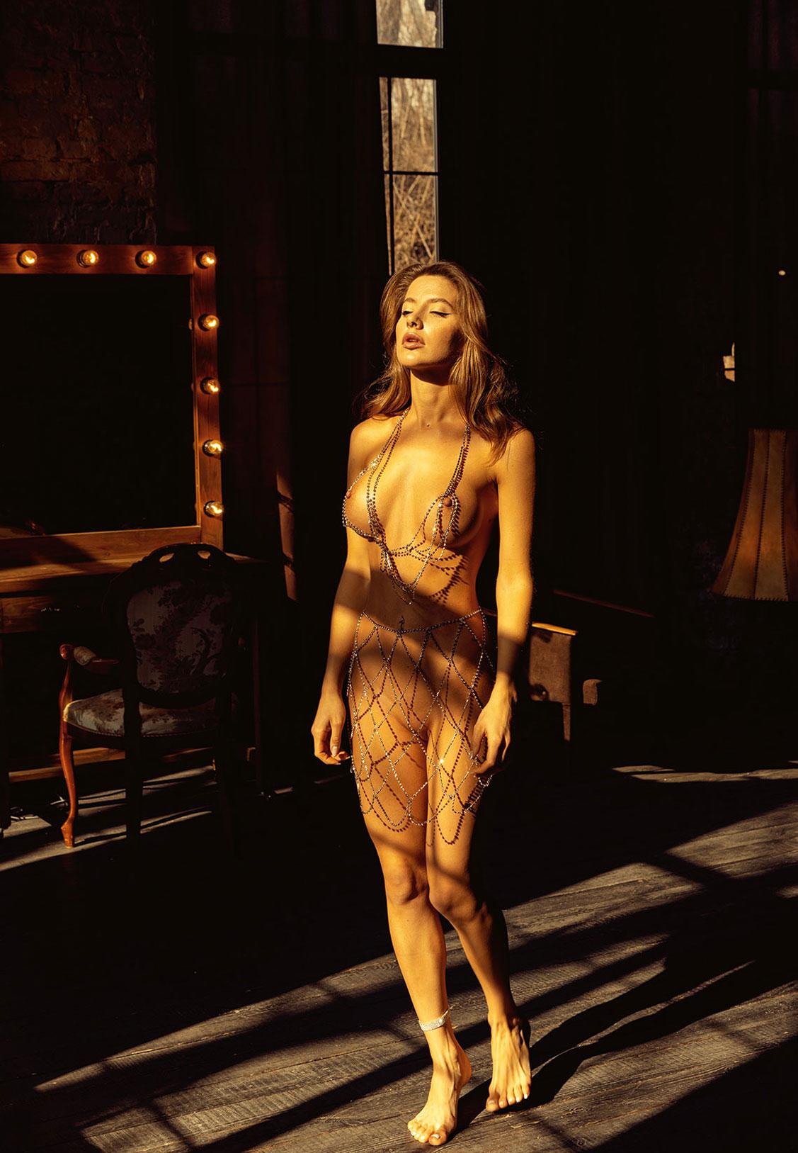 Сексуальная голая девушка в драгоценных цепях / фото 02