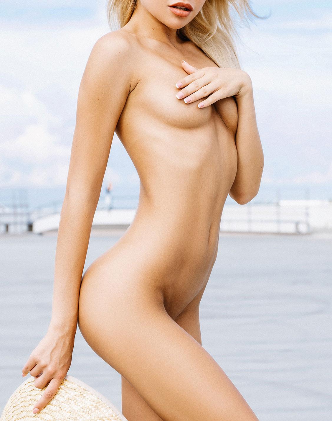 голая девушка в соломенной шляпке / фото 01