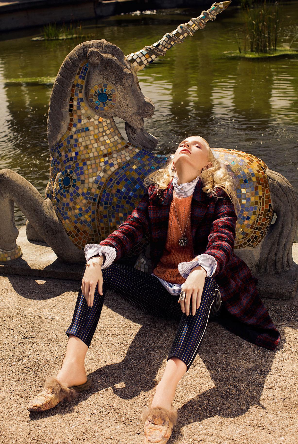 Модная девушка в парке каменных изваяний / фото 01