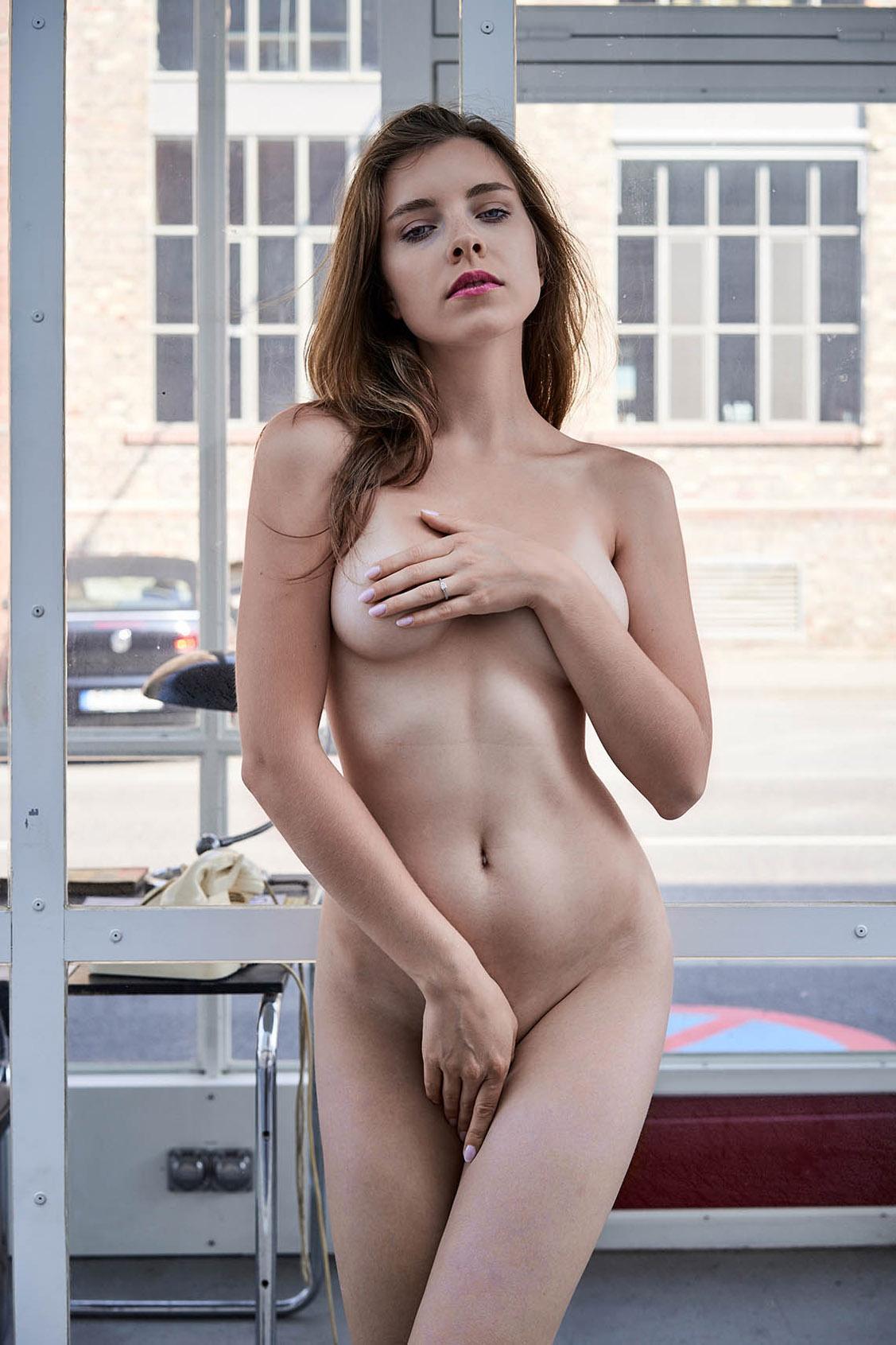 голая Катя на автозаправке / Kate Chromia by Thomas Berlin