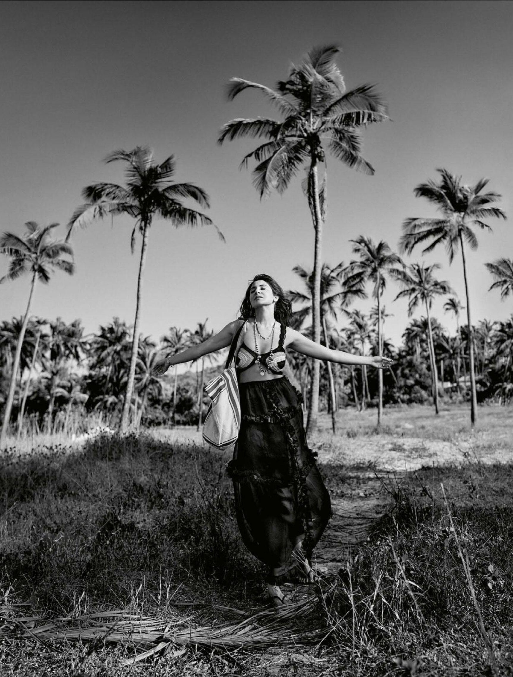Анушка Шарма в новинках модных брендов на побережье Гоа / фото 07