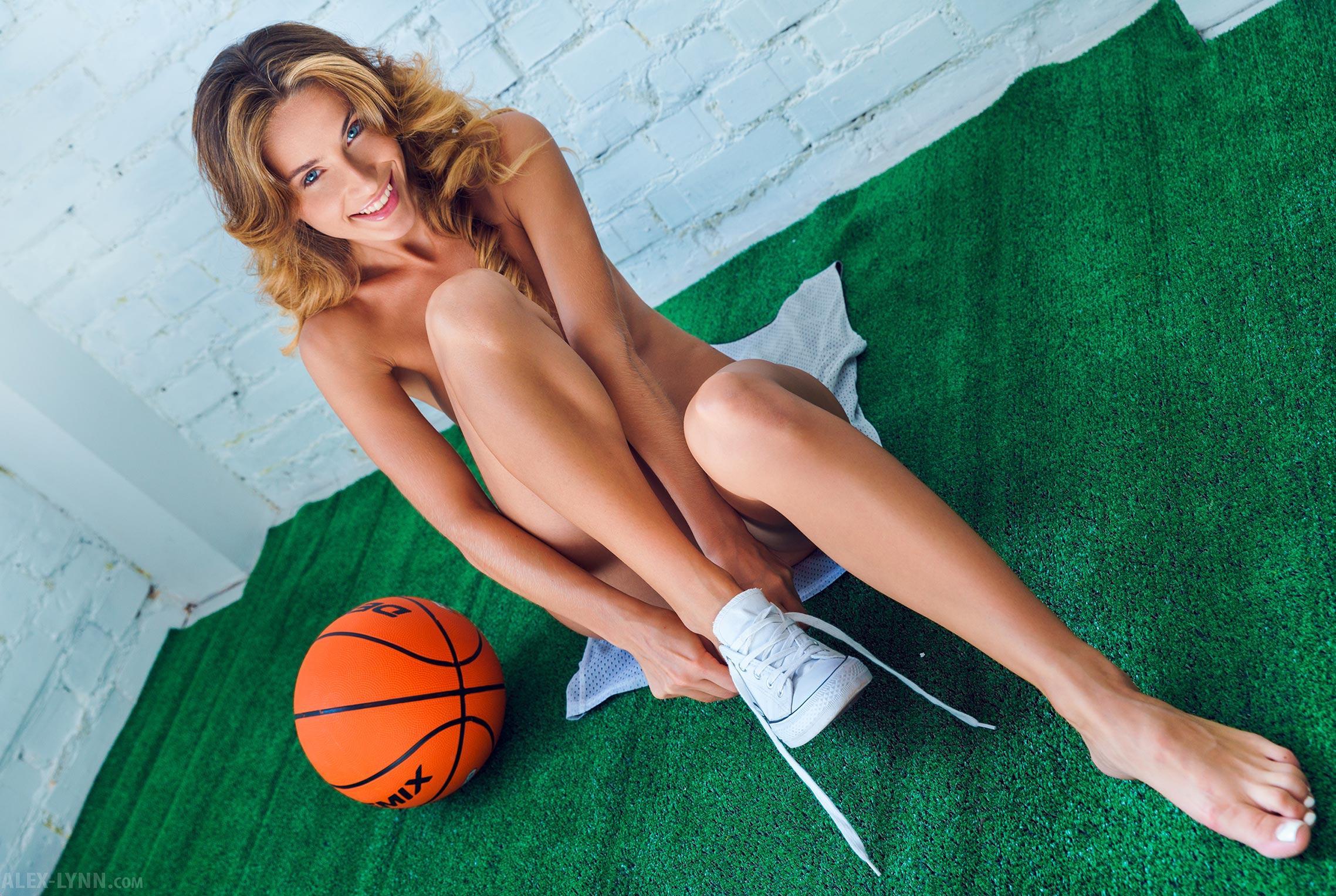 Играем в баскетбол красиво / голая Наталья Войнар с баскетбольным мячом / фото 01