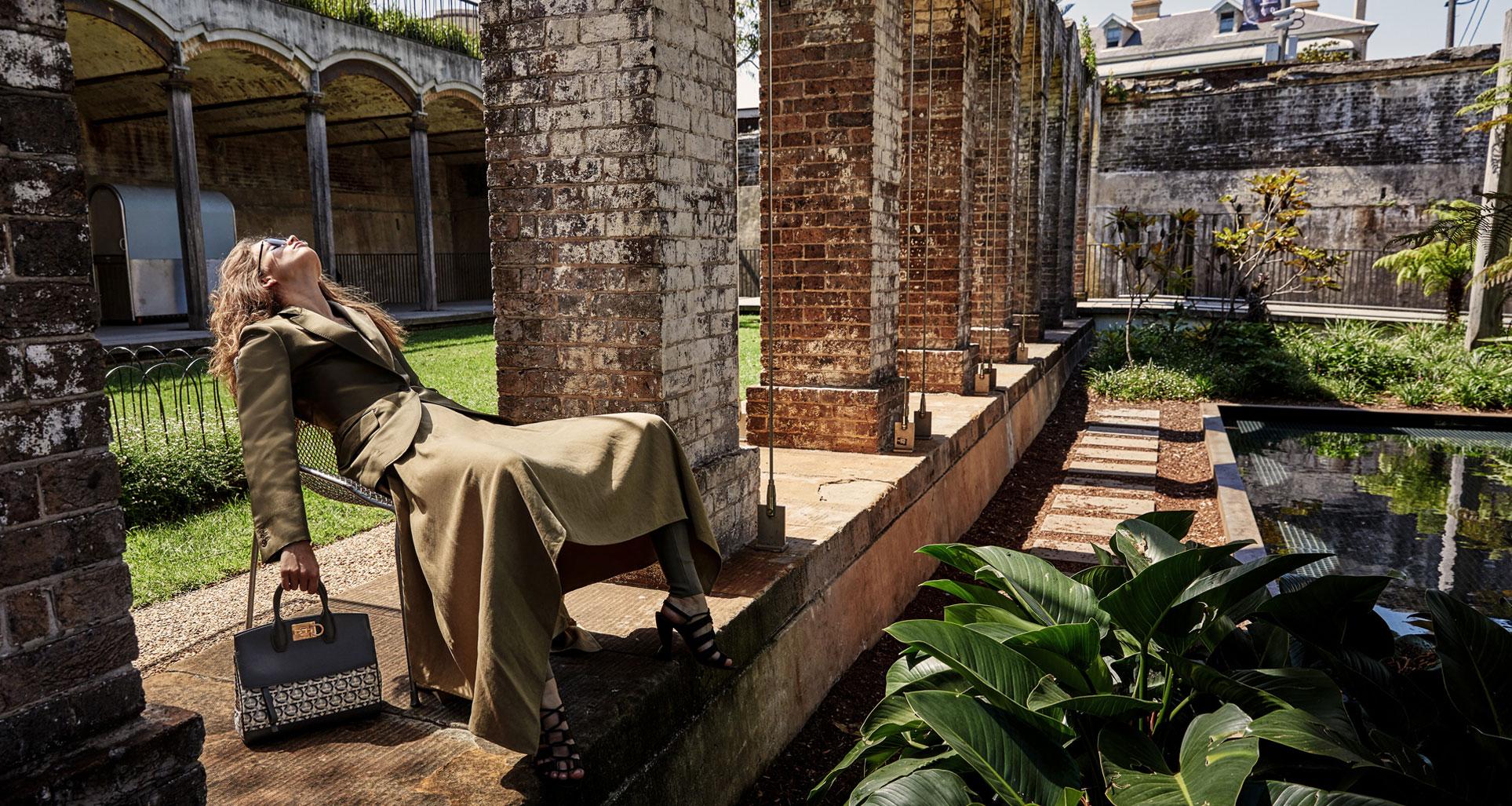 Модные сумочки Salvatore Ferragamo в исторических интерьерах / фото 01