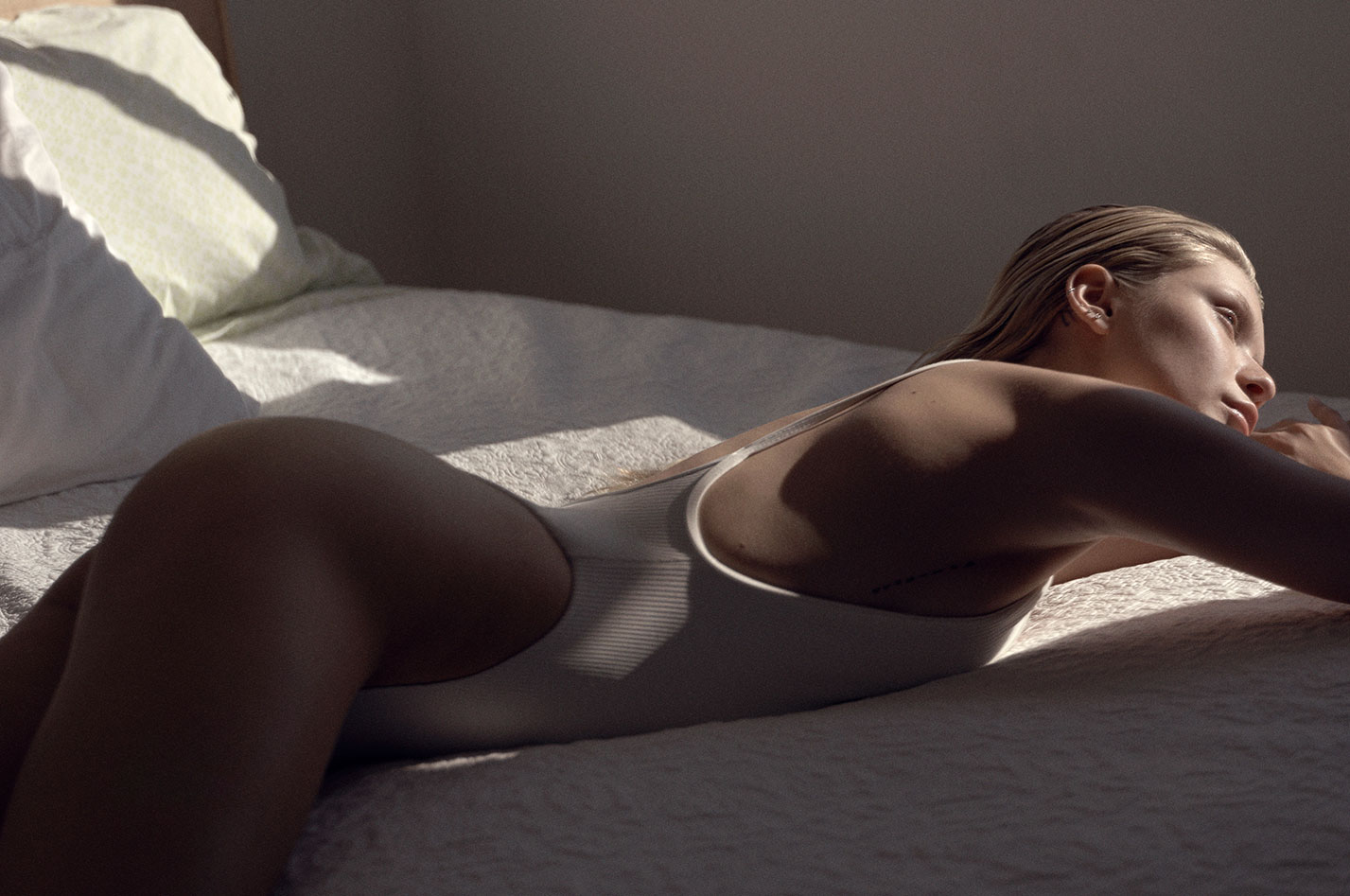 Девушка загорает в провокационных купальниках / фото 06