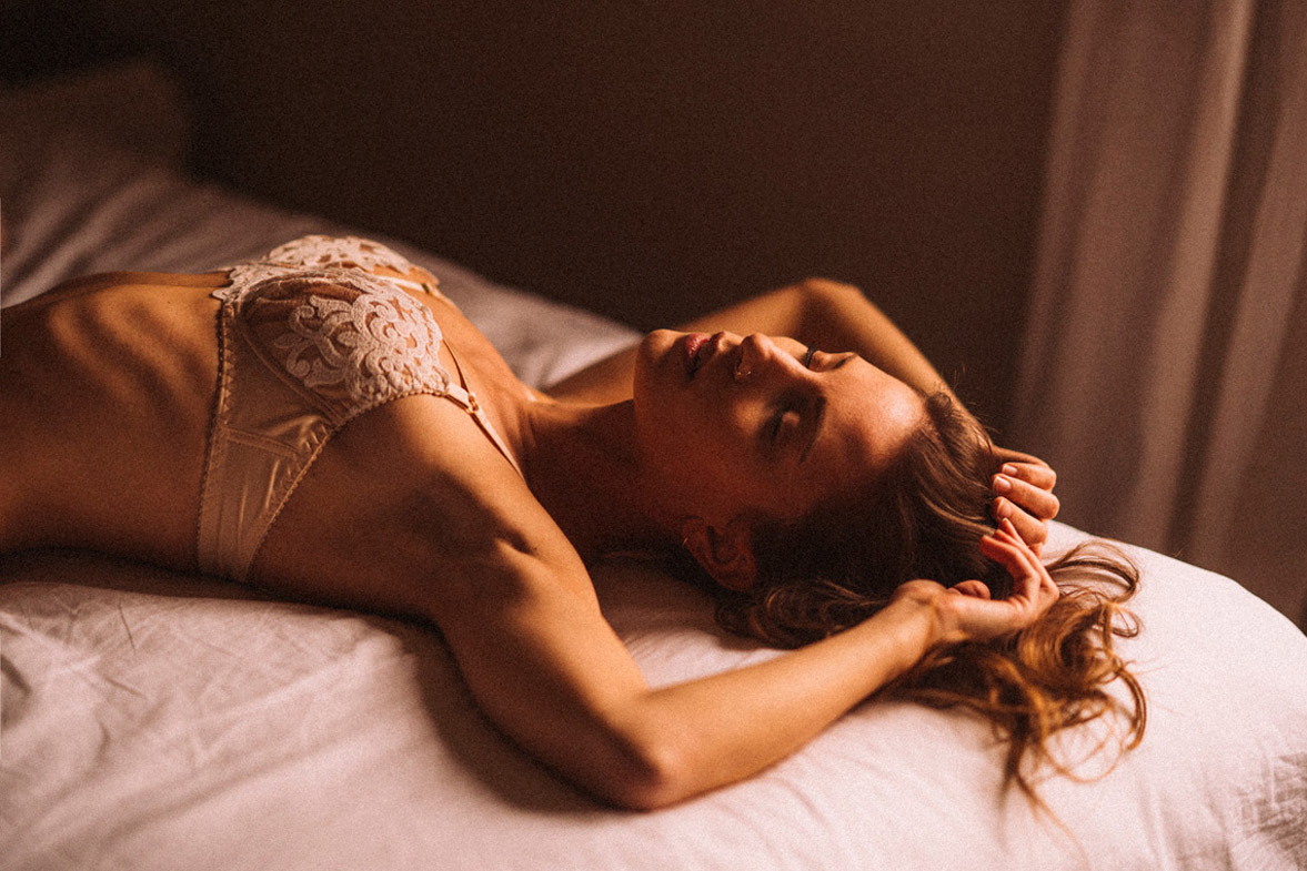 мечтающая девушка в кружевном нижнем белье / фото 04