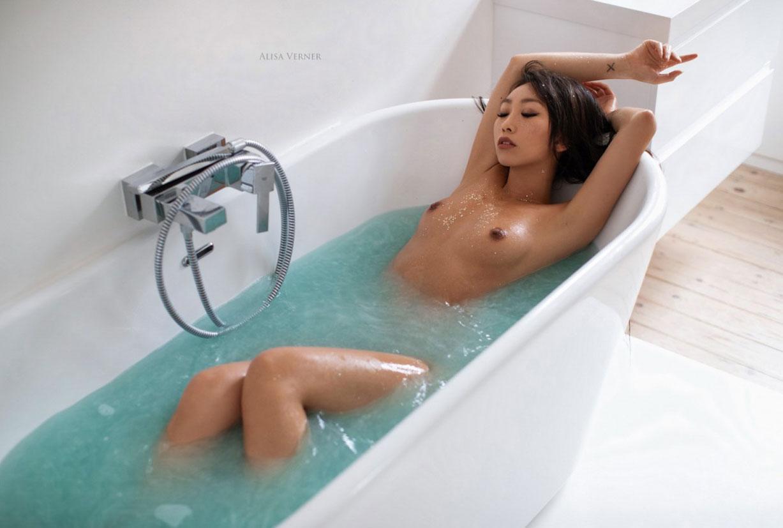 голая азиатская девушка в ванной / фото 25