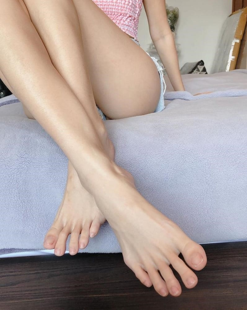 Forced licking feet-2497