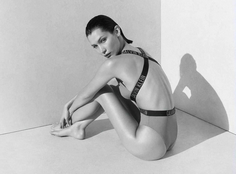 Белла Хадид в рекламной кампании купальников Calvin Klein, 2020 год / фото 07