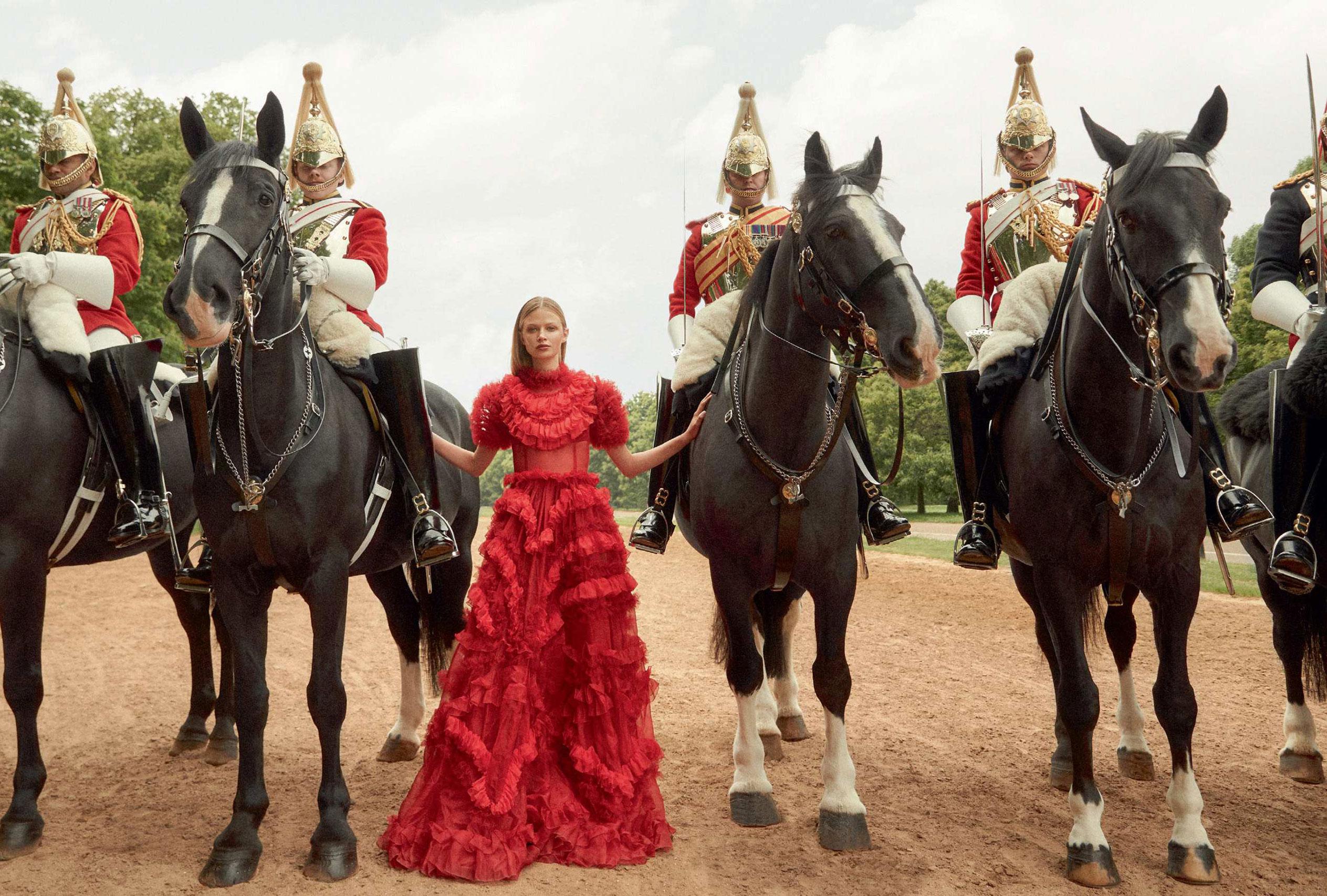 Королевская инспекция караула / For Queen and Country - Anna Lund by Richard Phibbs / Harpers Bazaar UK september 2018