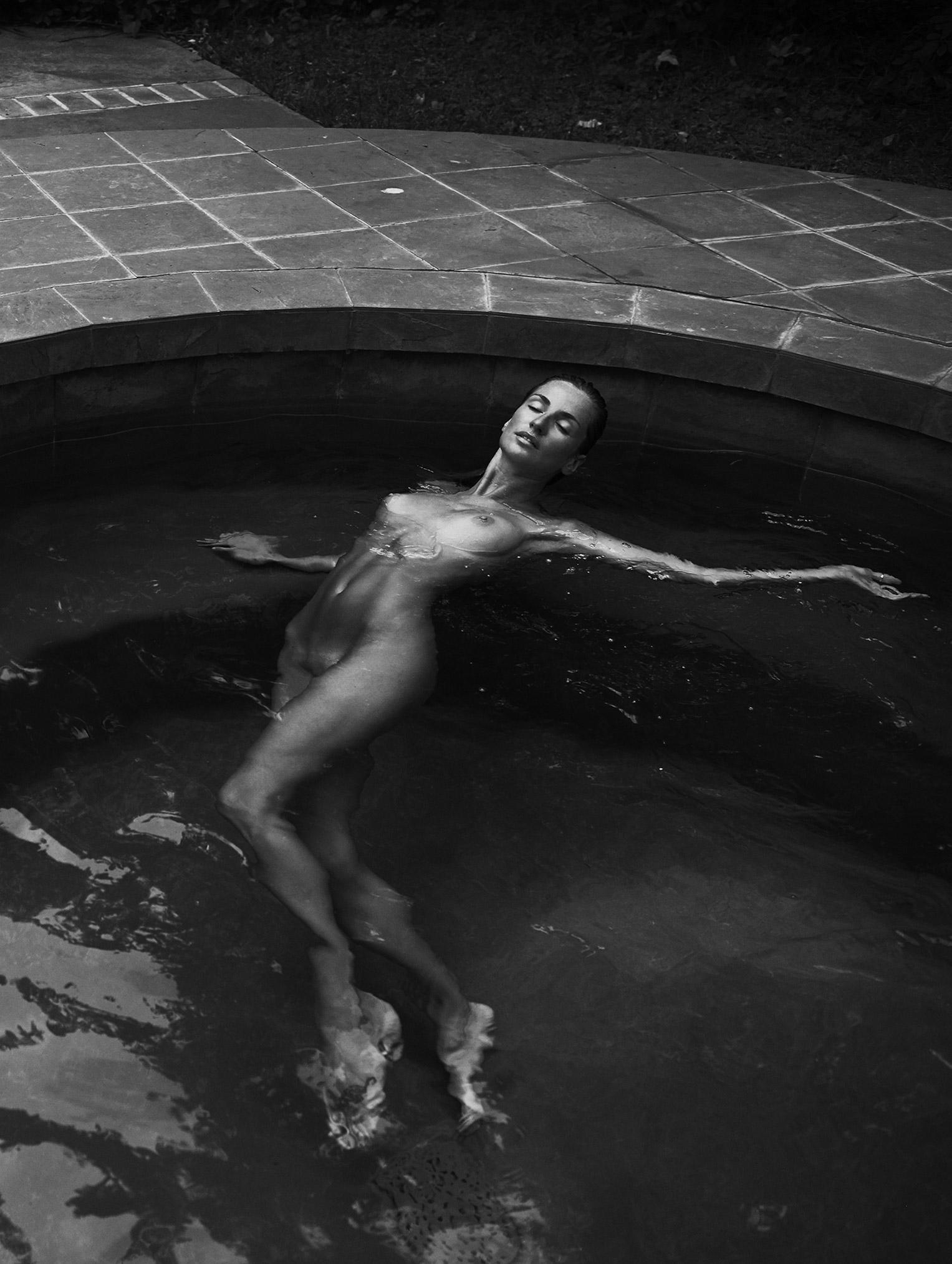Элен Дали отдыхает у бассейна / Elen Dali nude by Stefan Rappo