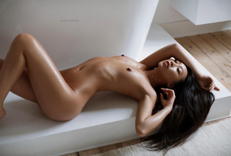 голая азиатская девушка в ванной / фото 14