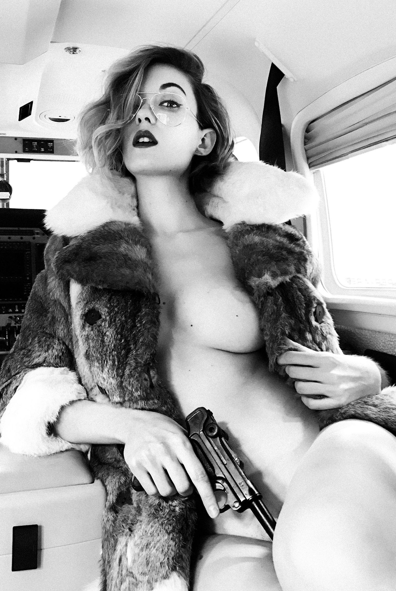 сексуальная угонщица самолета Анна-Лиза / фото 13