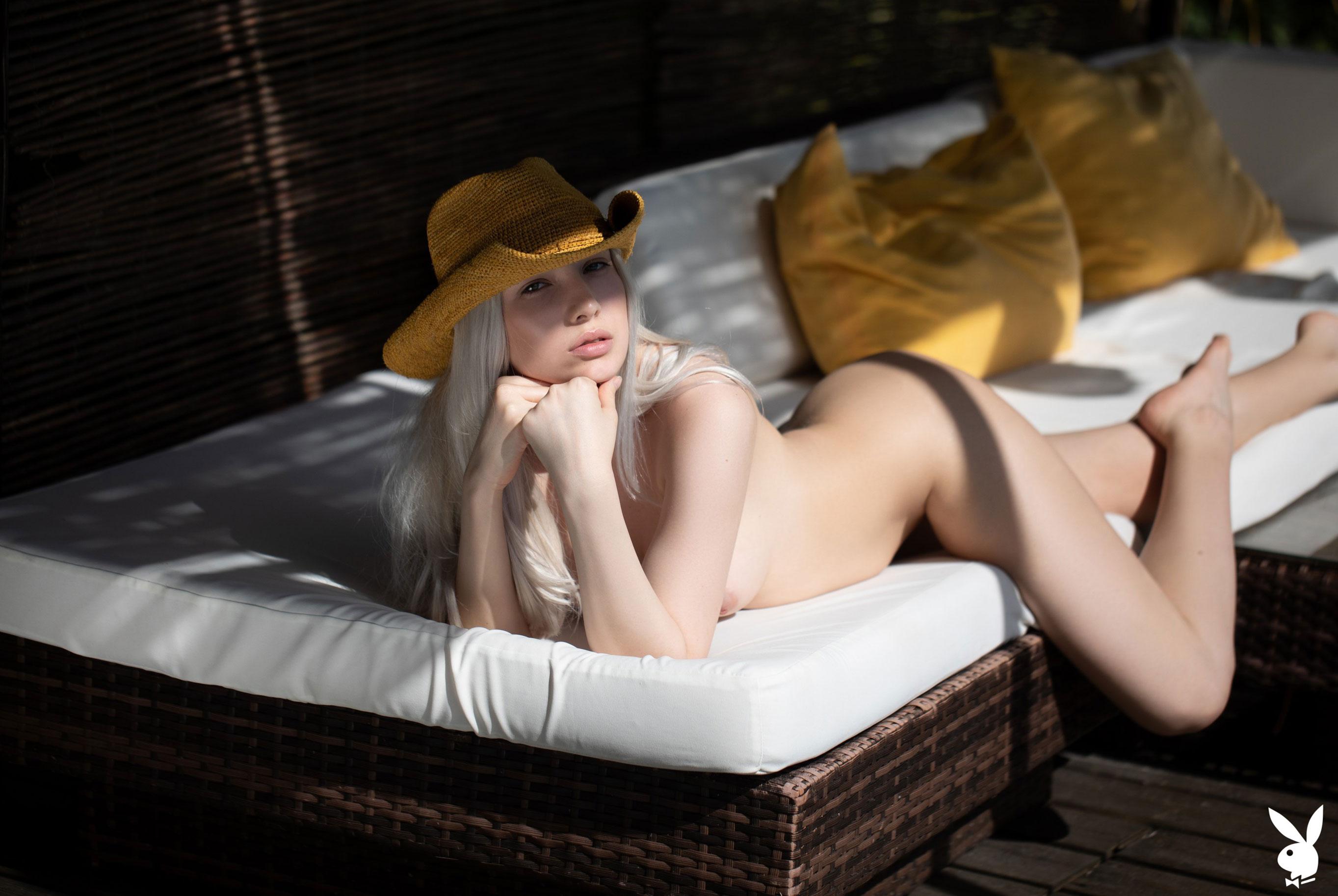 Сексуальная и голая Моника Васп в окружении тропических растений / фото 27