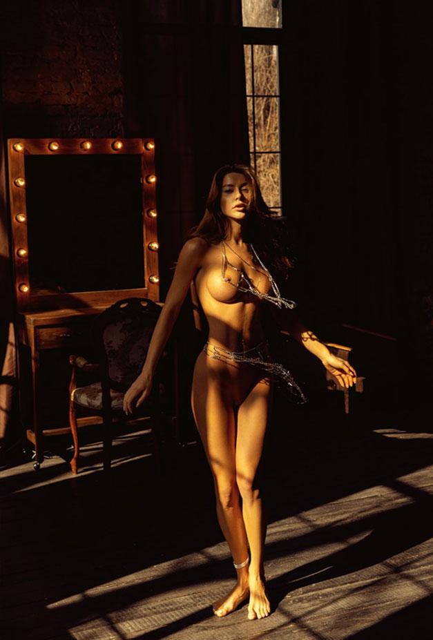Сексуальная голая девушка в драгоценных цепях / фото 10