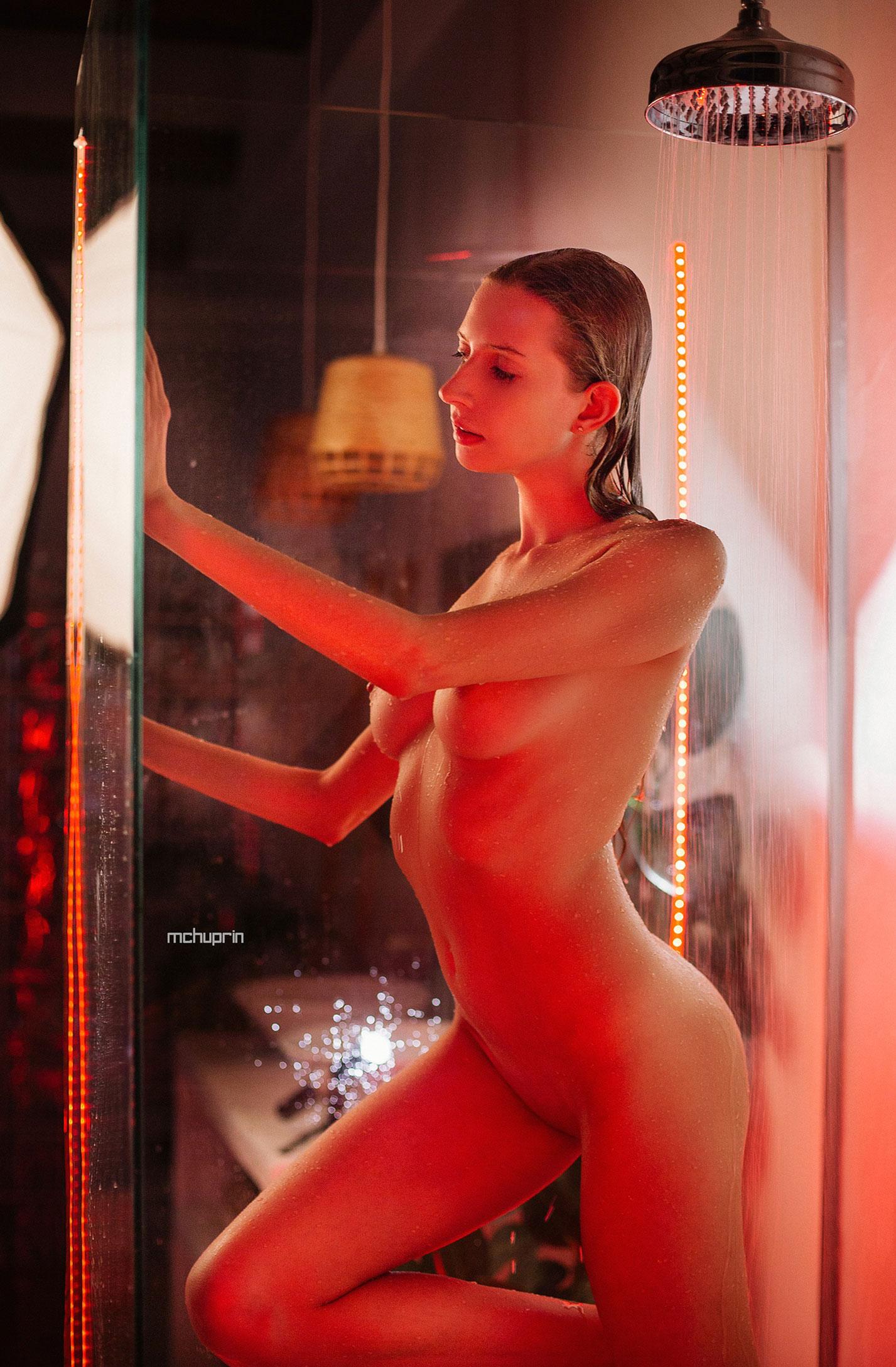 Катерина Райх принимает душ, под светом красных ламп / фото 06