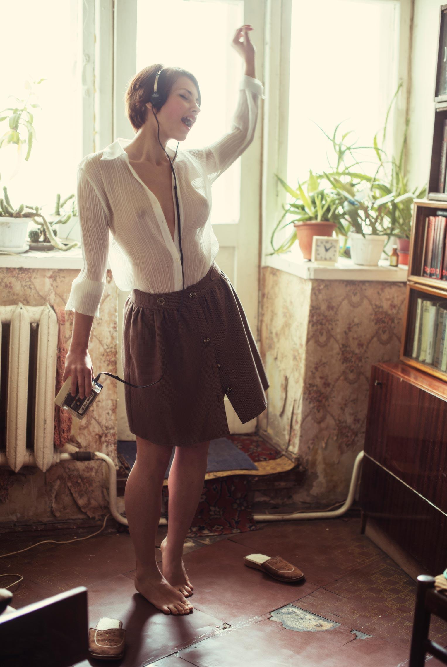 Сексуальная фотомодель Sophie la Sage в интерьерах старой советской квартиры / фото 03