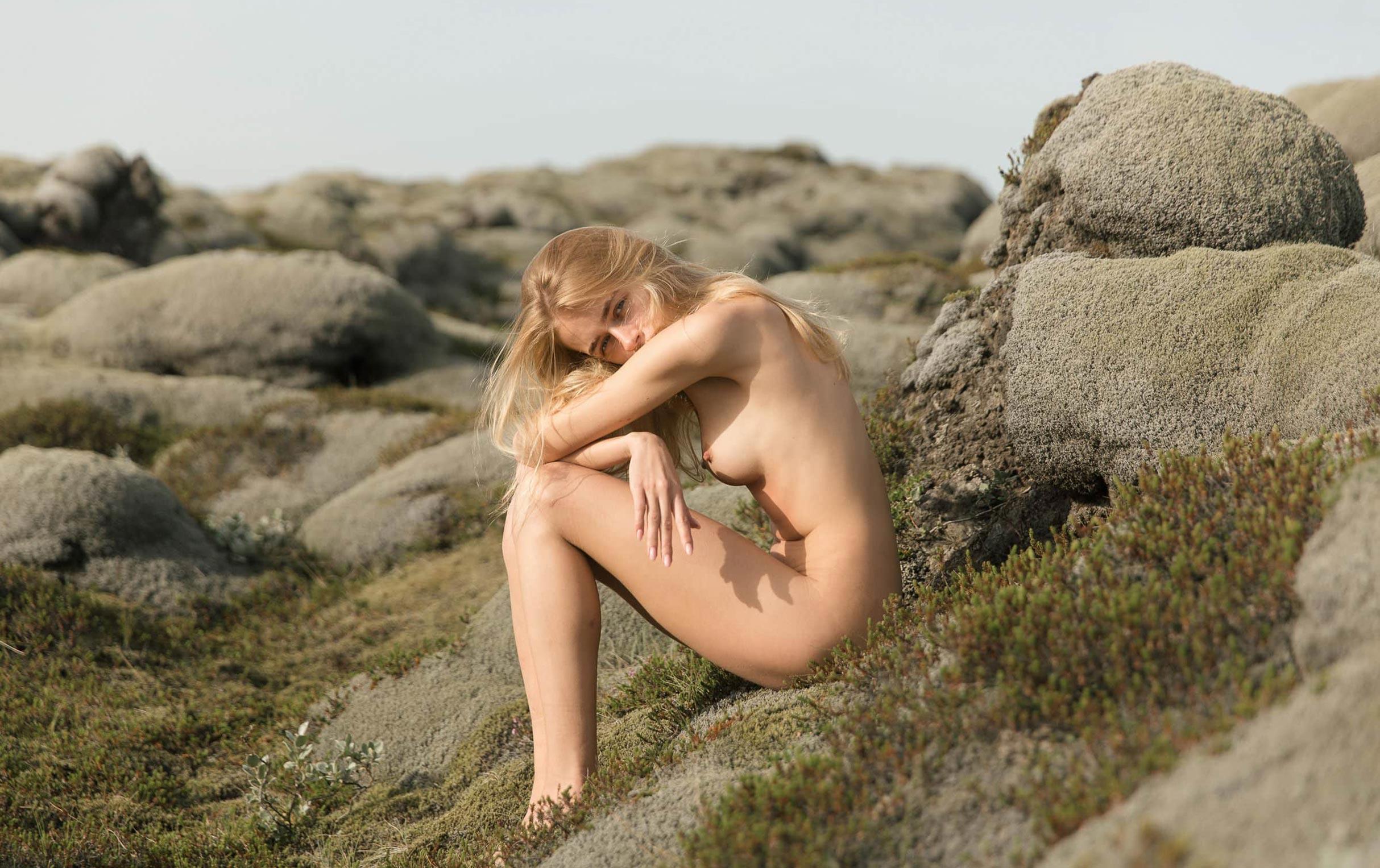 голая Яна Нагорняк гуляет по каменистым долинам Исландии / фото 04