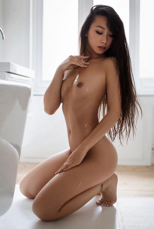 голая азиатская девушка в ванной / фото 02