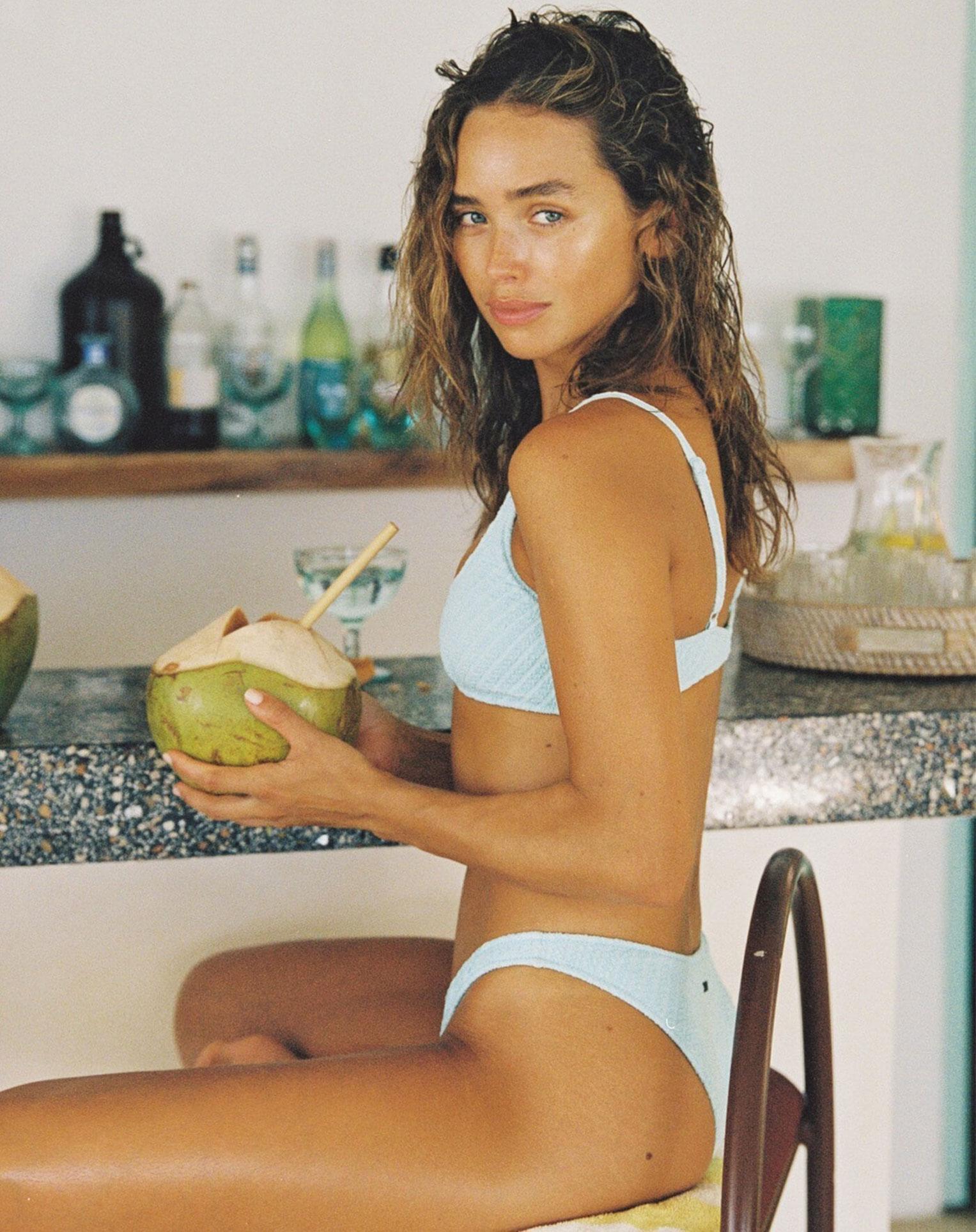 Каролина Санчес в купальниках модного бренда Triangl Swimwear / фото 04