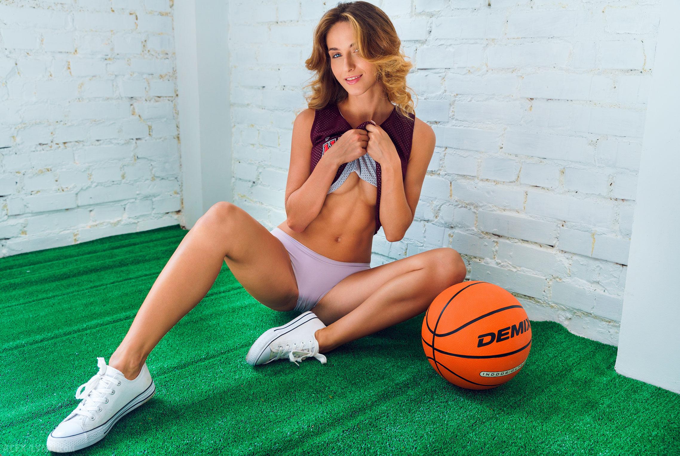 Играем в баскетбол красиво / голая Наталья Войнар с баскетбольным мячом / фото 09