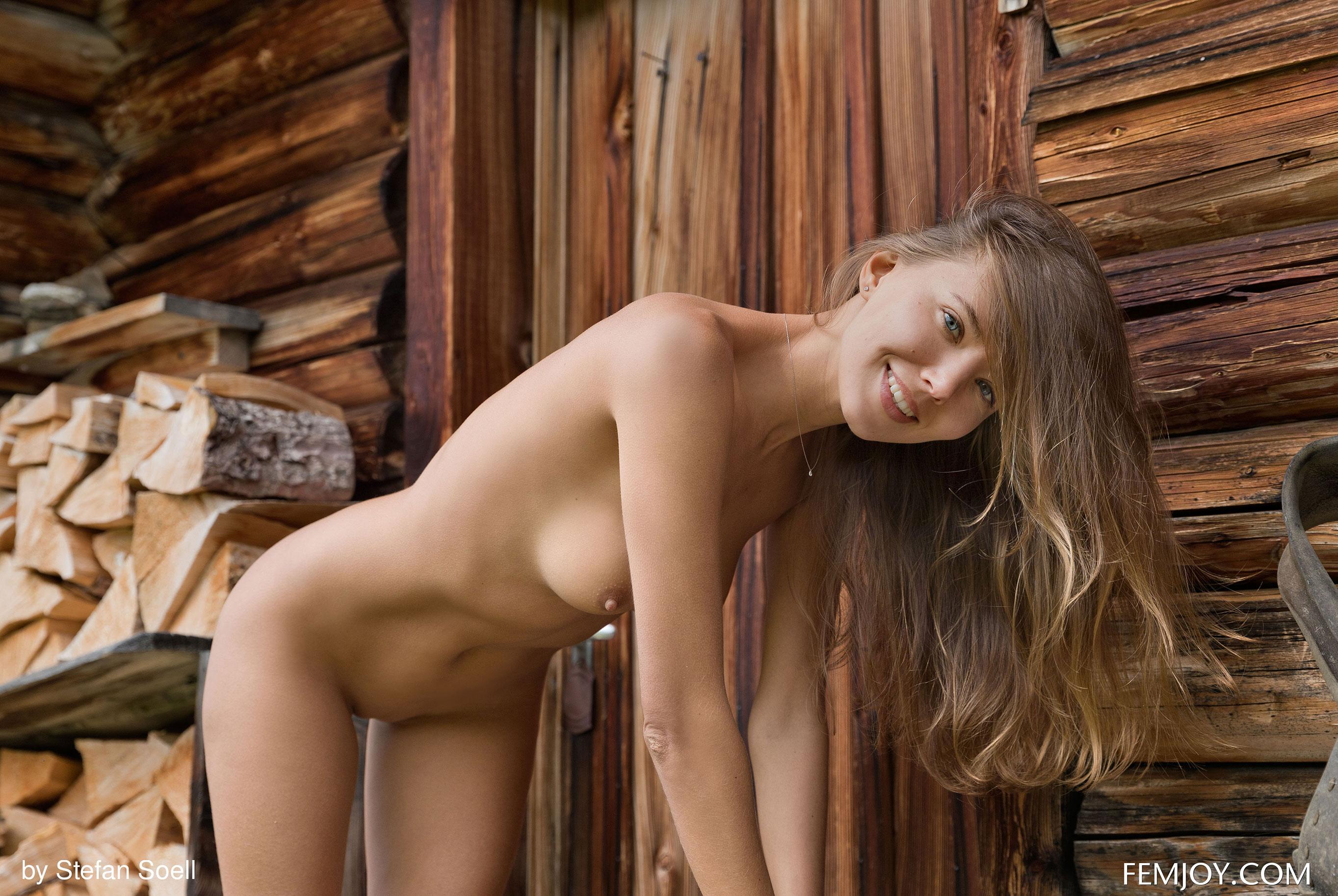 Сексуальная Катя - голая и одинокая в избушке на склоне Альпийских гор / фото 20
