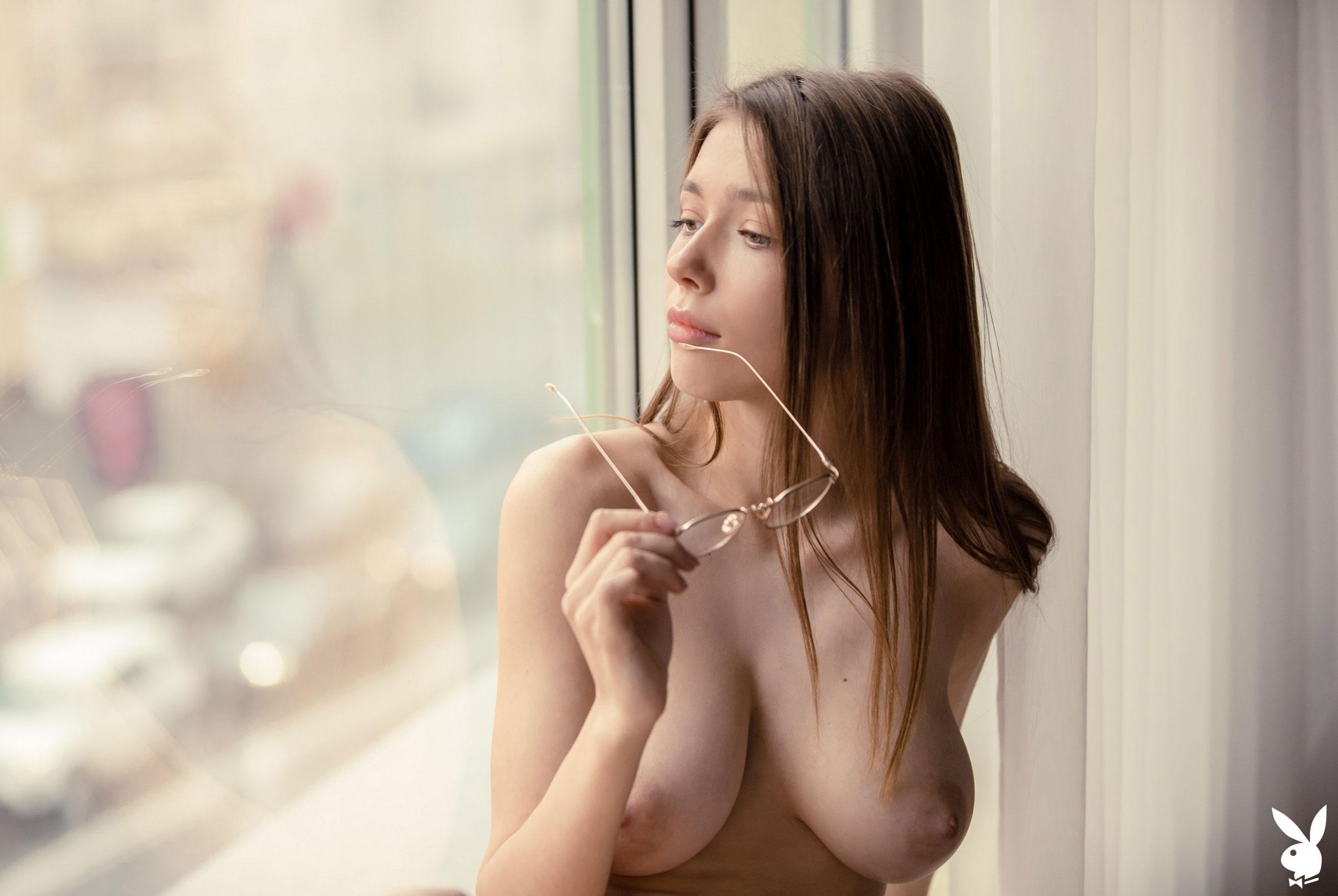 голая Мила Азул у окна своей квартиры / фото 02