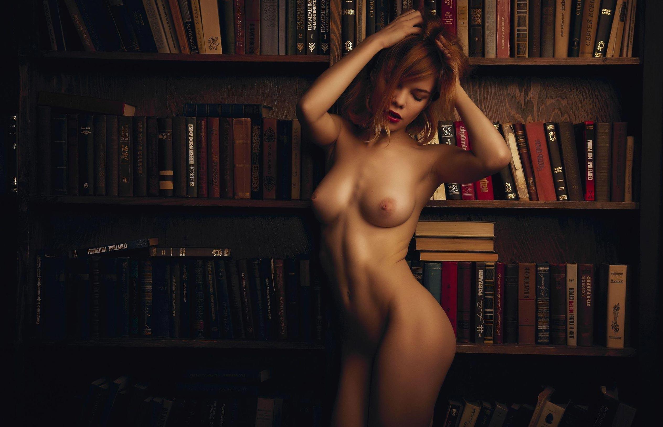 голая Мария Зайцева в старом профессорском доме / фото 01