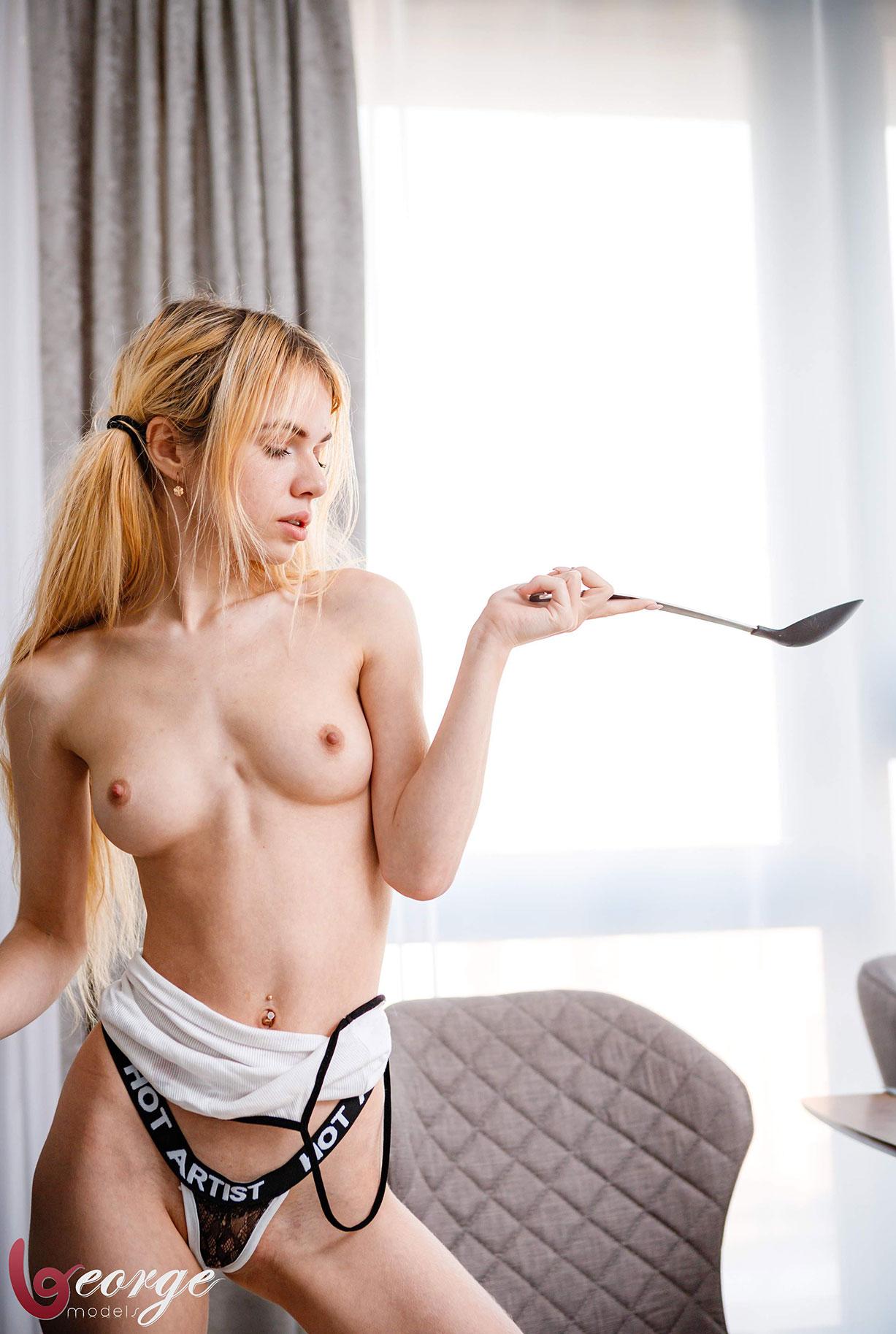 Саша Смелова готовит пиццу и развлекается с ней / фото 11