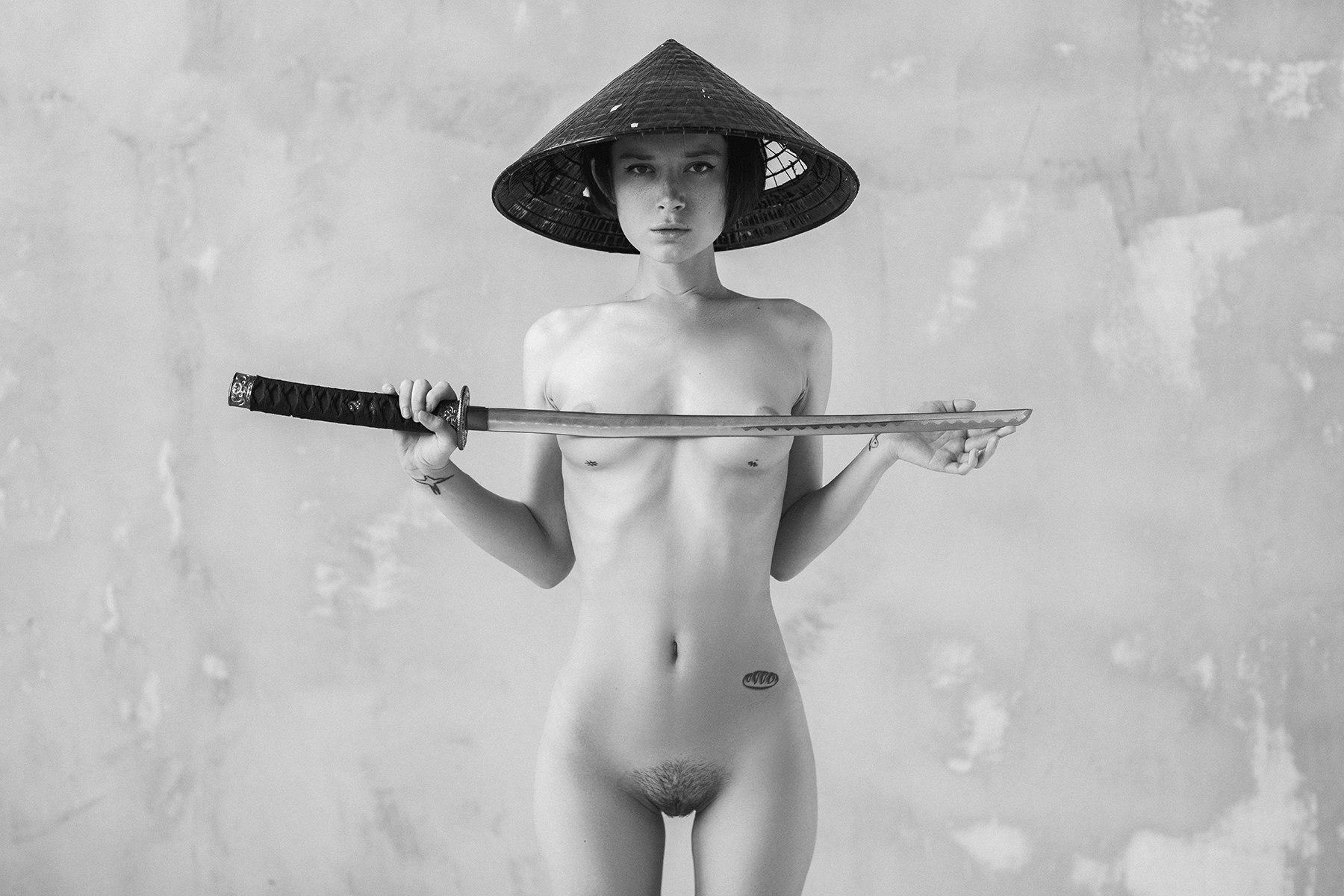 Полина Князева овладевает самурайским мечом / Polina Knyazeva nude with sword by Alexey Trifonov