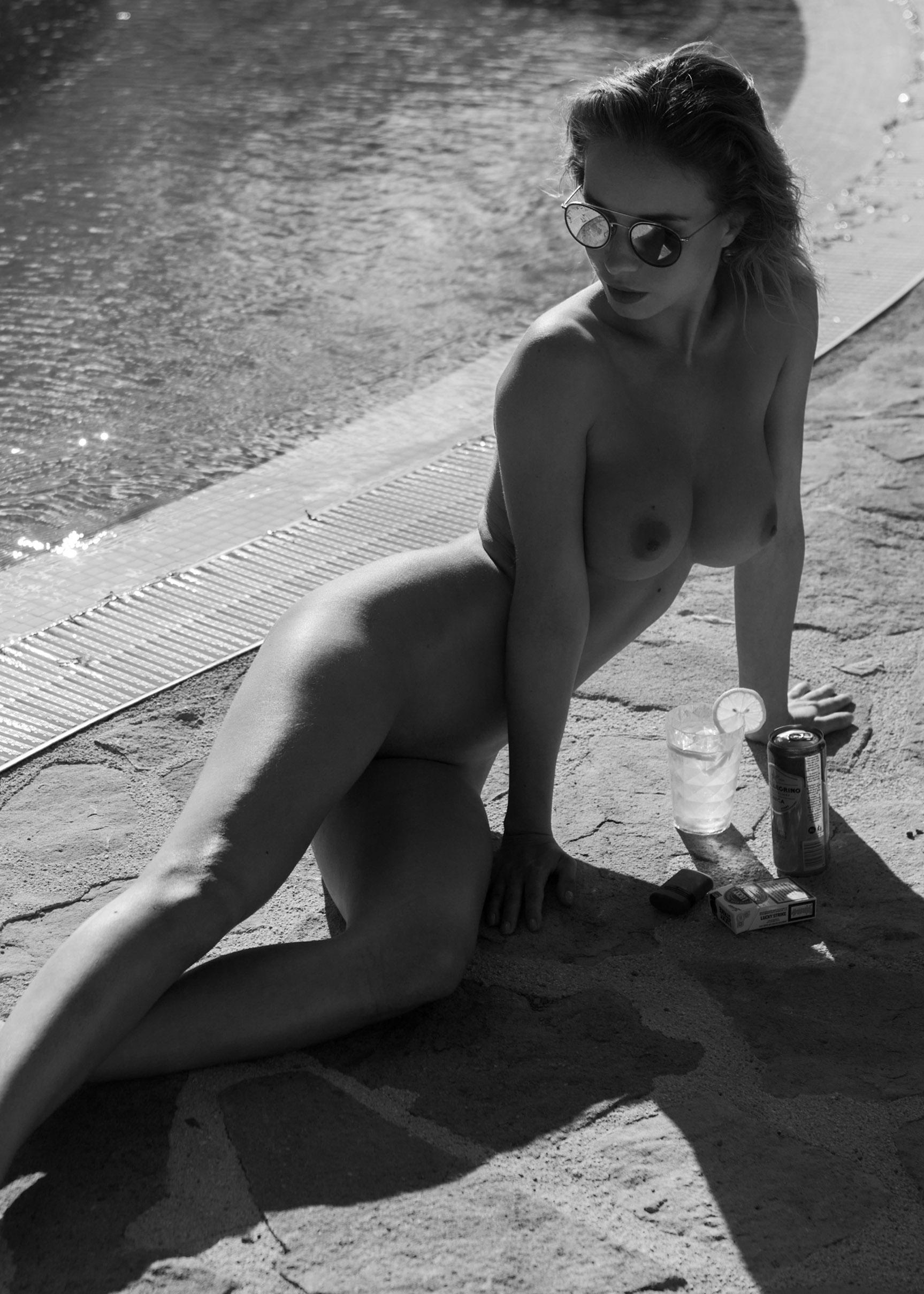 сексуальная обнаженная девушка отдыхает у бассейна / фото 16