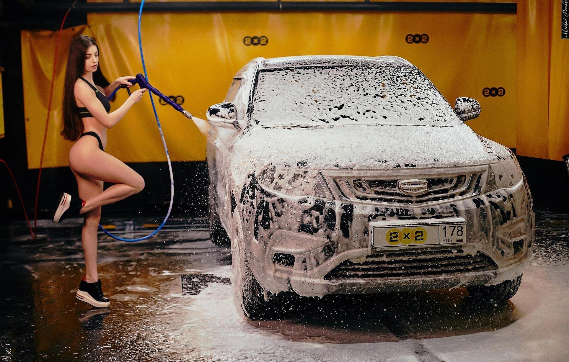 Анна Сазонова в купальнике моет машину / фото 07