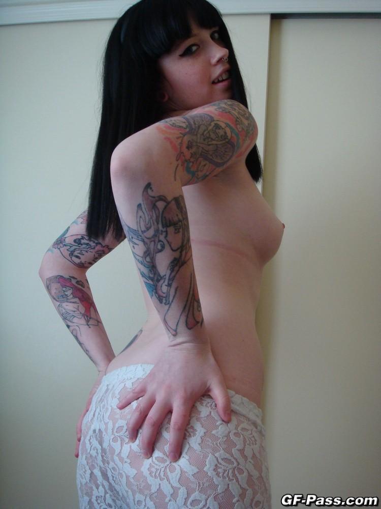 Emo branquinha e tatuada