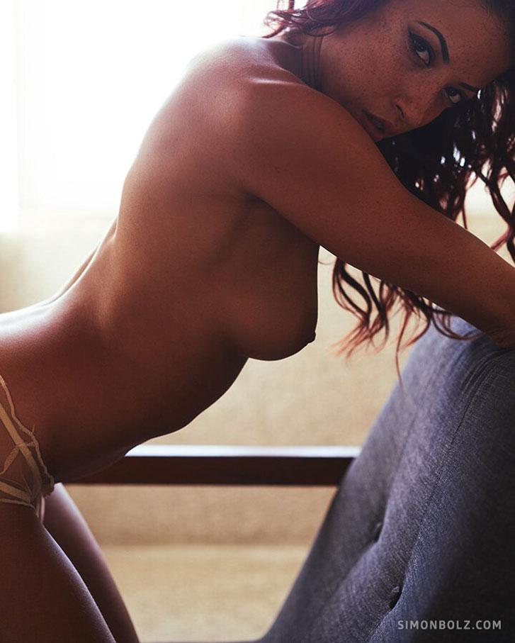 Сексуальная и голая Клара скучает в доме на берегу океана / фото 04