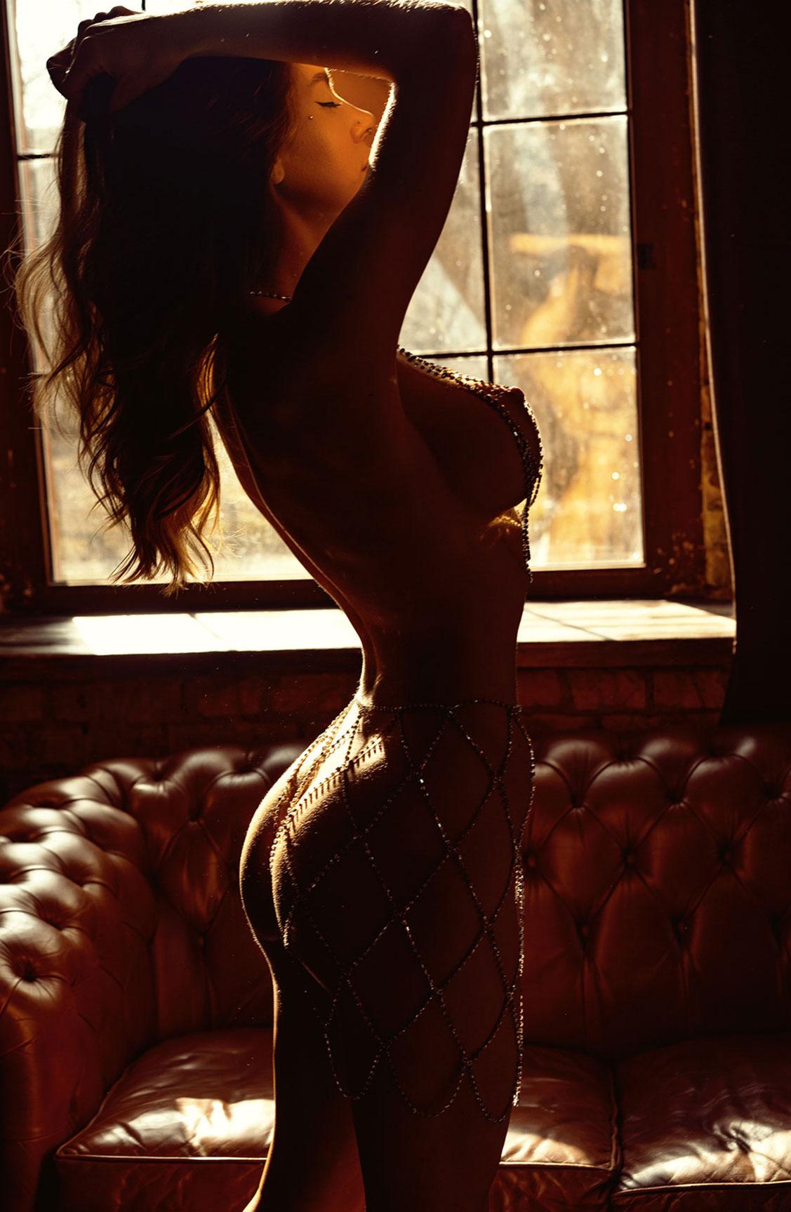 Сексуальная голая девушка в драгоценных цепях / фото 12