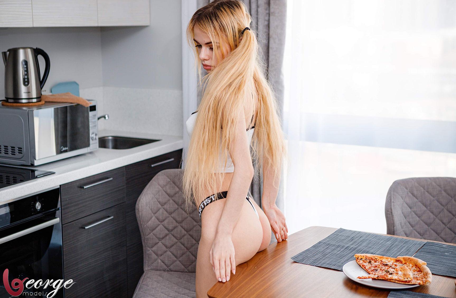 Саша Смелова готовит пиццу и развлекается с ней / фото 03