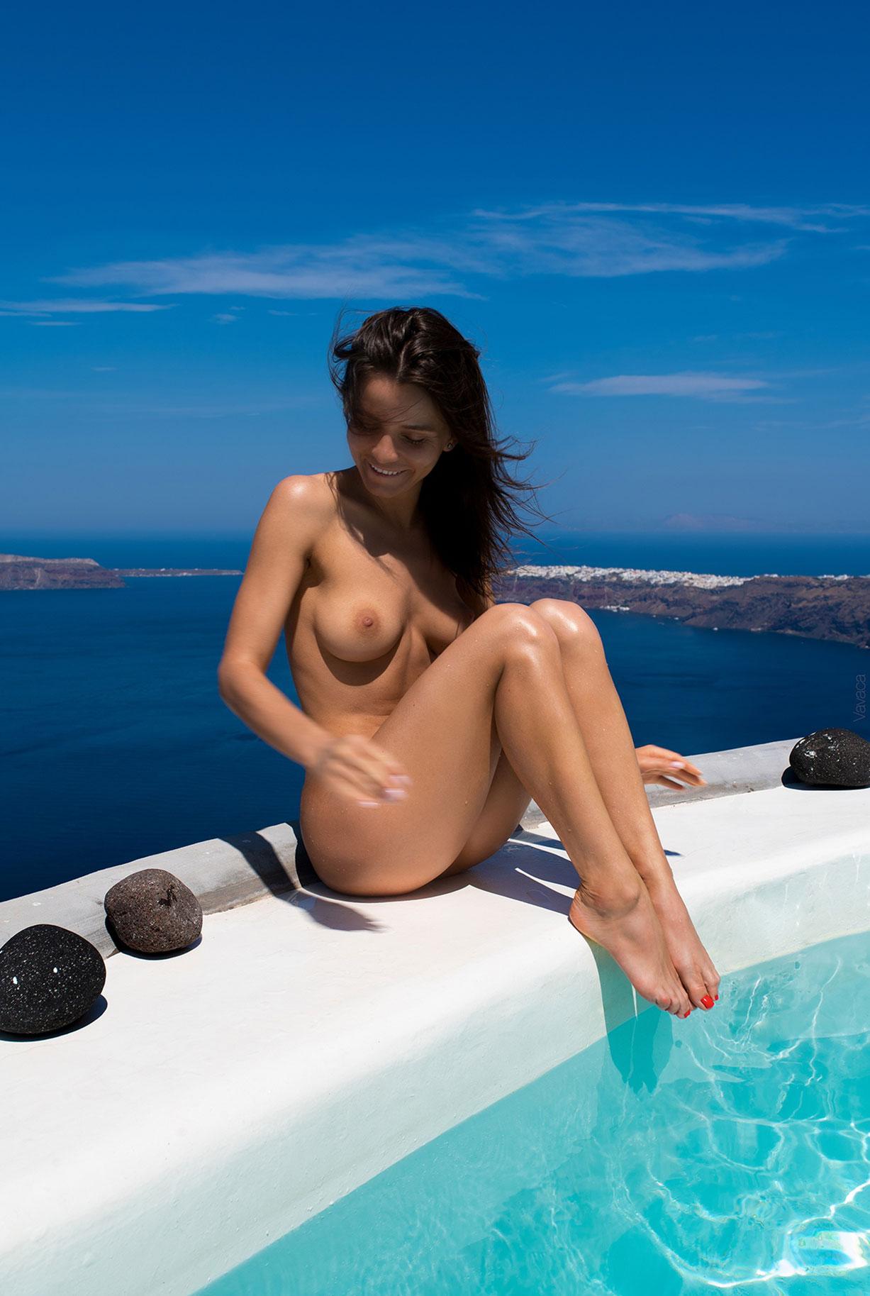 голая Кристина Макарова в бассейне над островом Санторини / фото 06