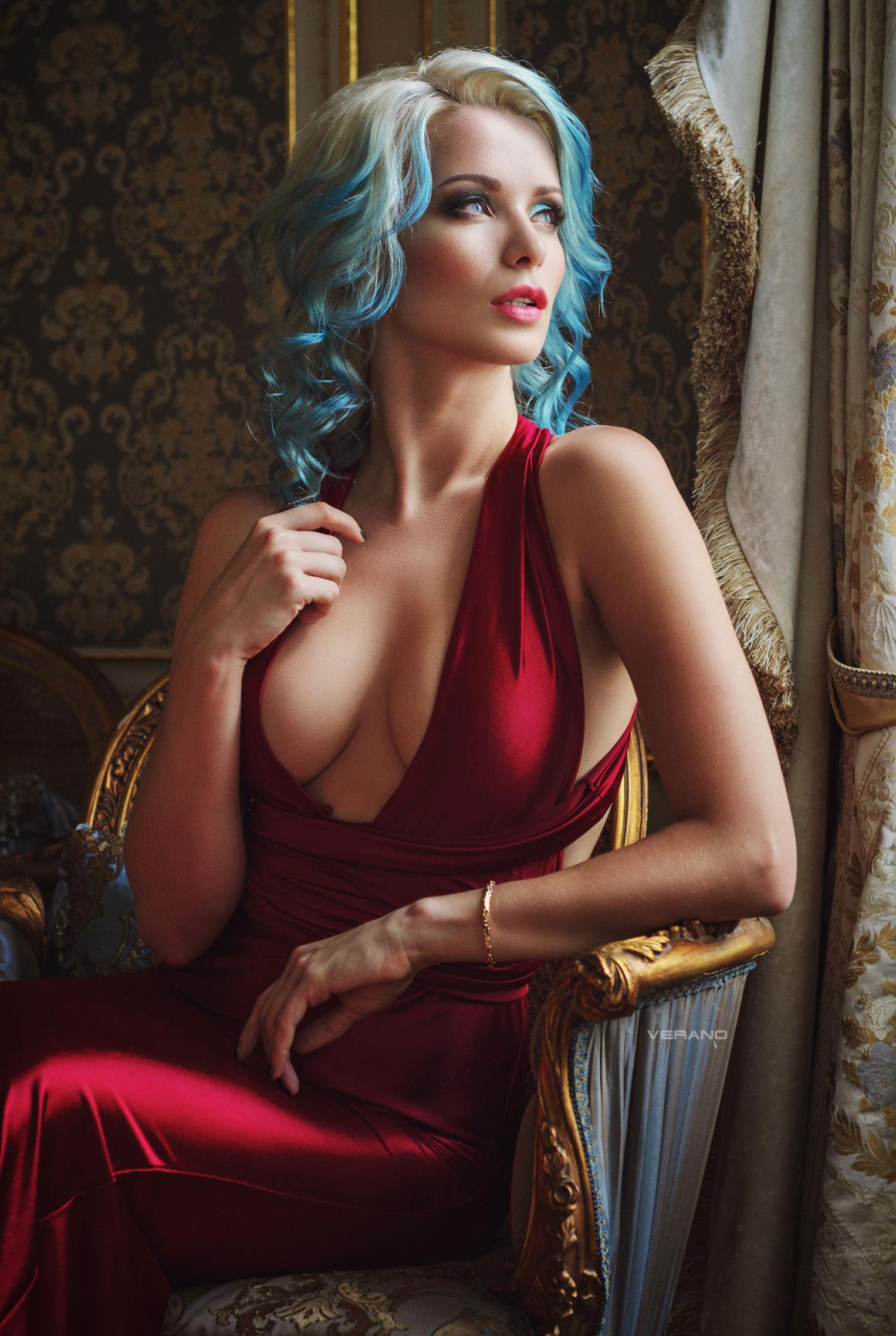 синеволосая Екатерина Енокаева в красном платье с белой собачкой / фото 06