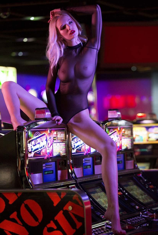 горячие девушки играют в казино