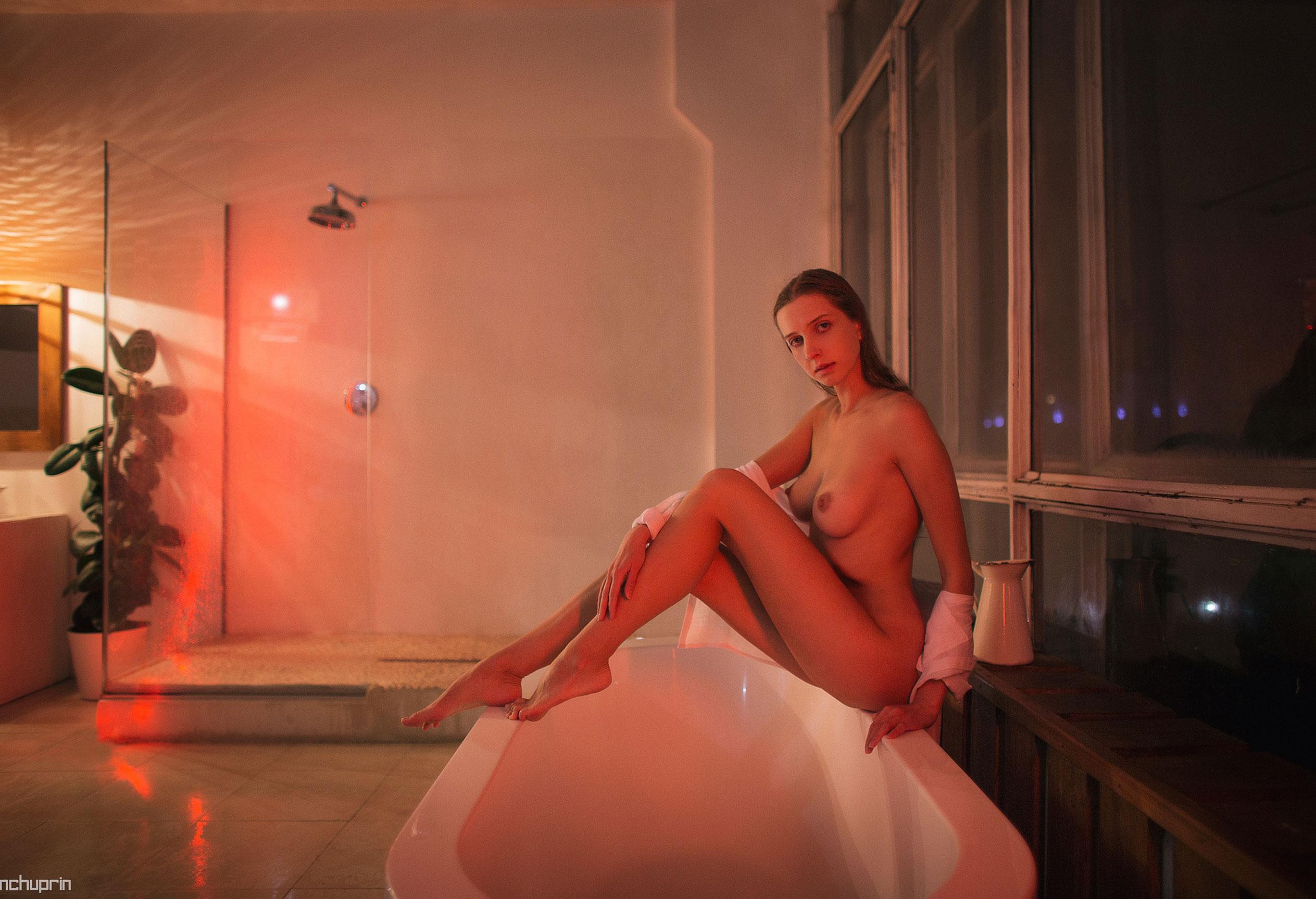 Катерина Райх принимает душ, под светом красных ламп / фото 03