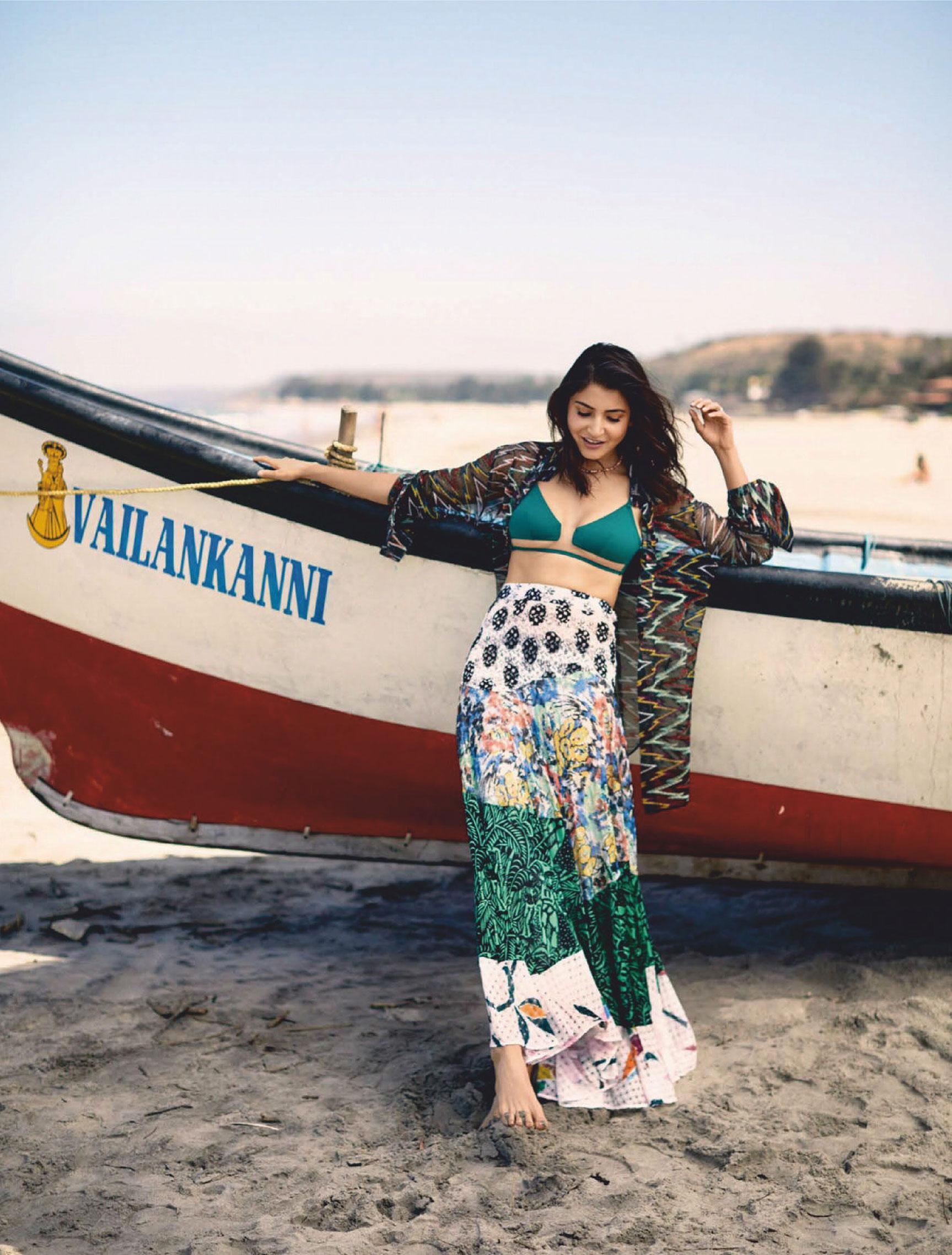 Анушка Шарма в новинках модных брендов на побережье Гоа / фото 01
