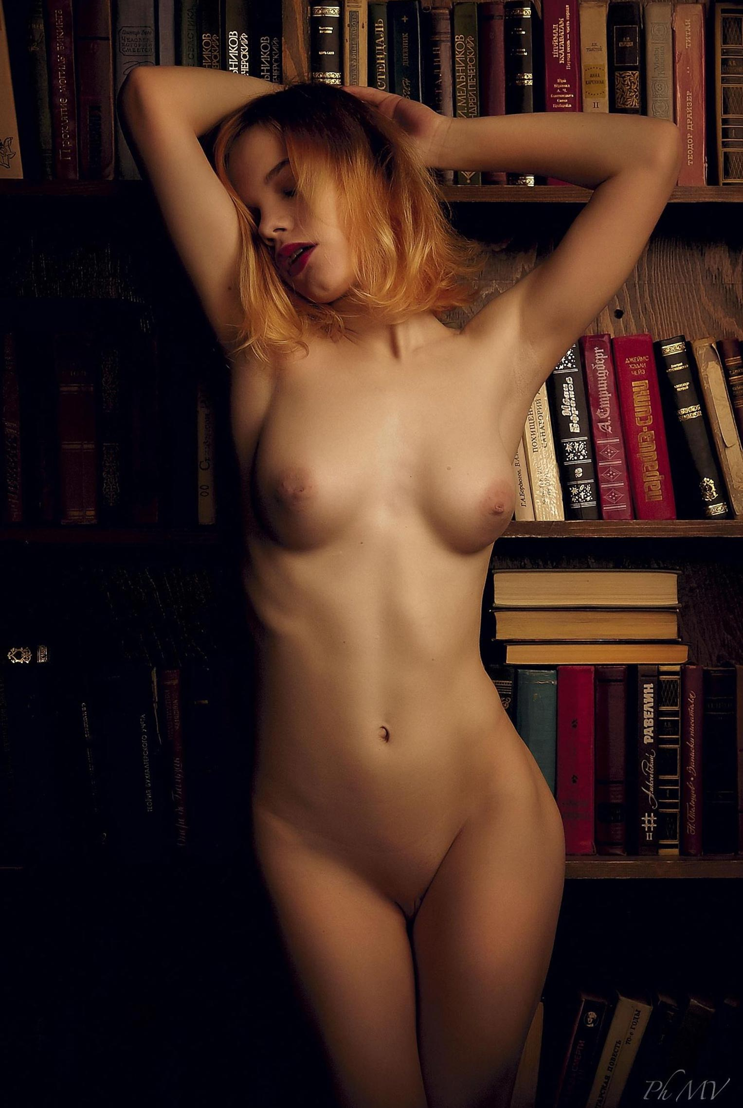 голая Мария Зайцева в старом профессорском доме / фото 05