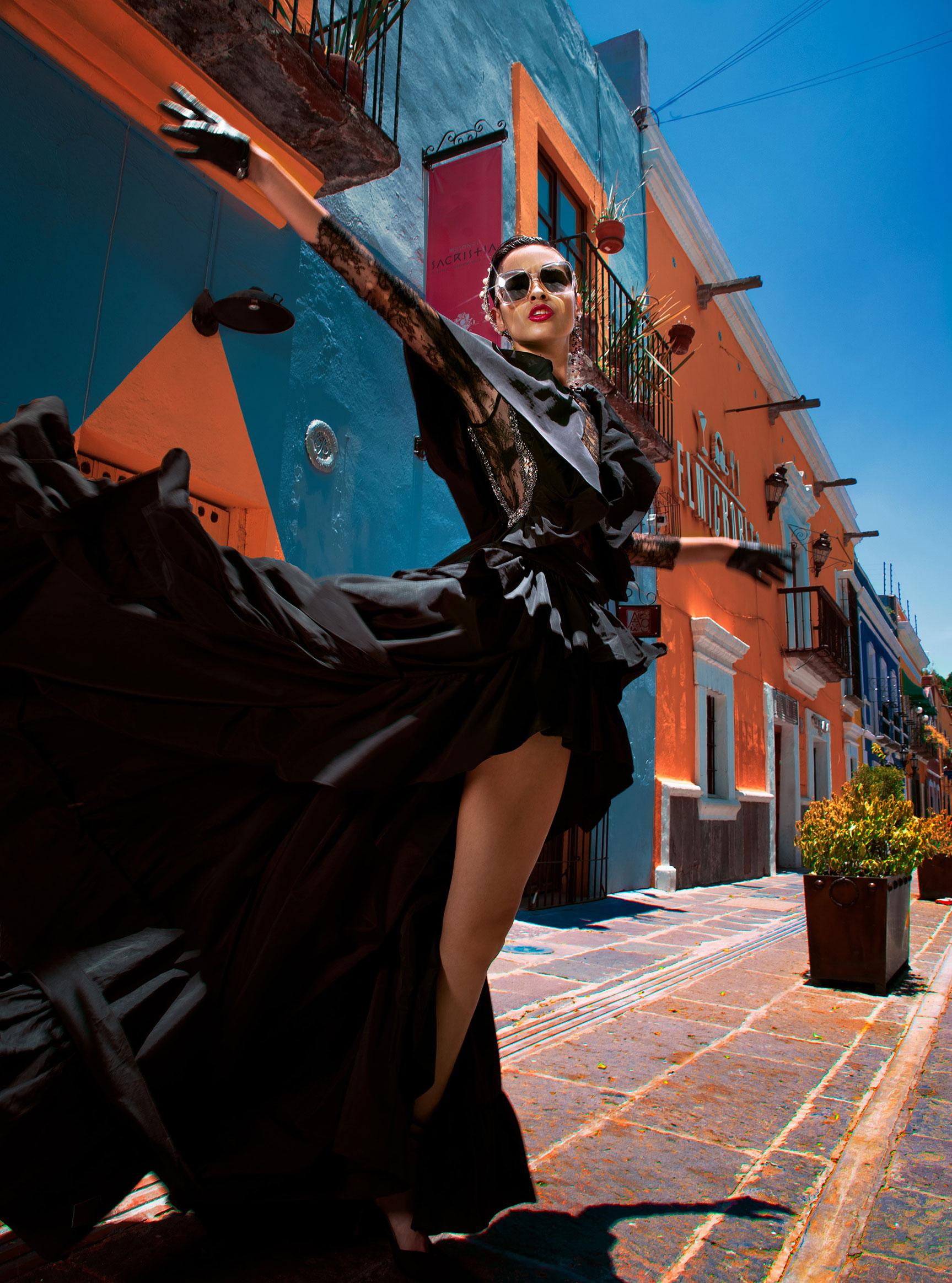 Заира Майари в модном показе на улицах Пуэбла-сити / фото 05