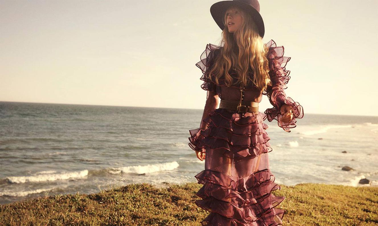 Джулиа Стегнер в одежде из модной коллекции Zimmermann, сезон осень-зима 2020-2021 / фото 03